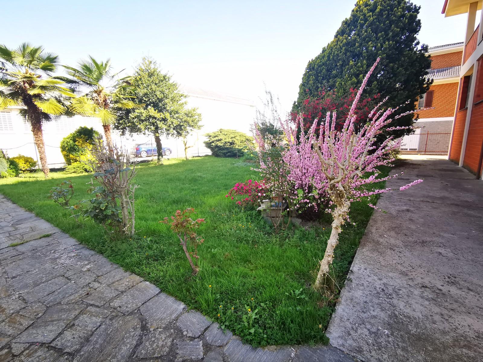 Casa indipendente con cortile e giardino